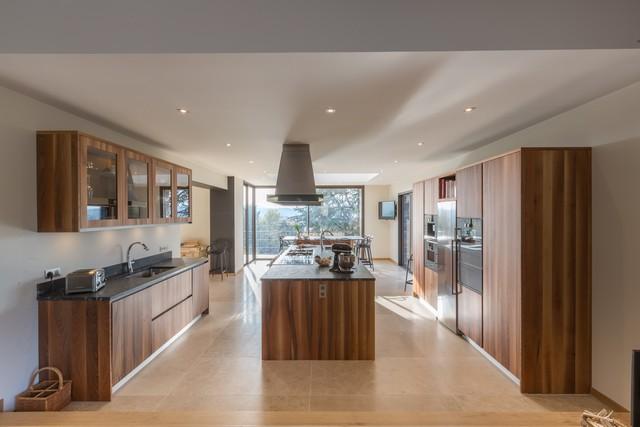 Une grande cuisine ouverte sur la nature