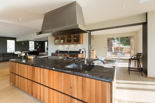 une grande cuisine ouverte sur la nature salle de bain dallage vasque cuisine an marbre. Black Bedroom Furniture Sets. Home Design Ideas